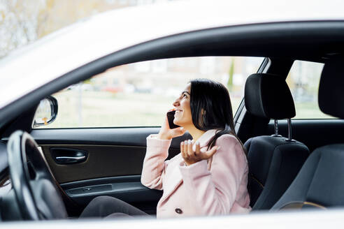 Businesswoman using smartphone in the car - CJMF00199