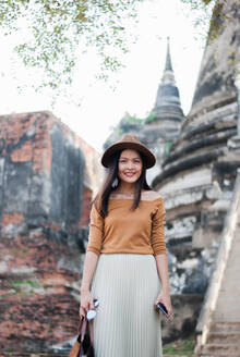 https://images0.westend61.de/0001303864l/beautiful-woman-who-is-on-holiday-in-ayutthaya-thailand-CAVF71720.jpg