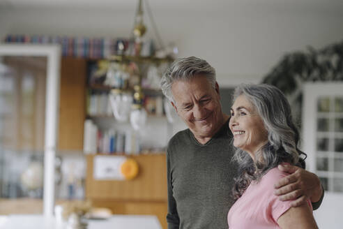 Portrait of a happy senior couple at home - GUSF03040