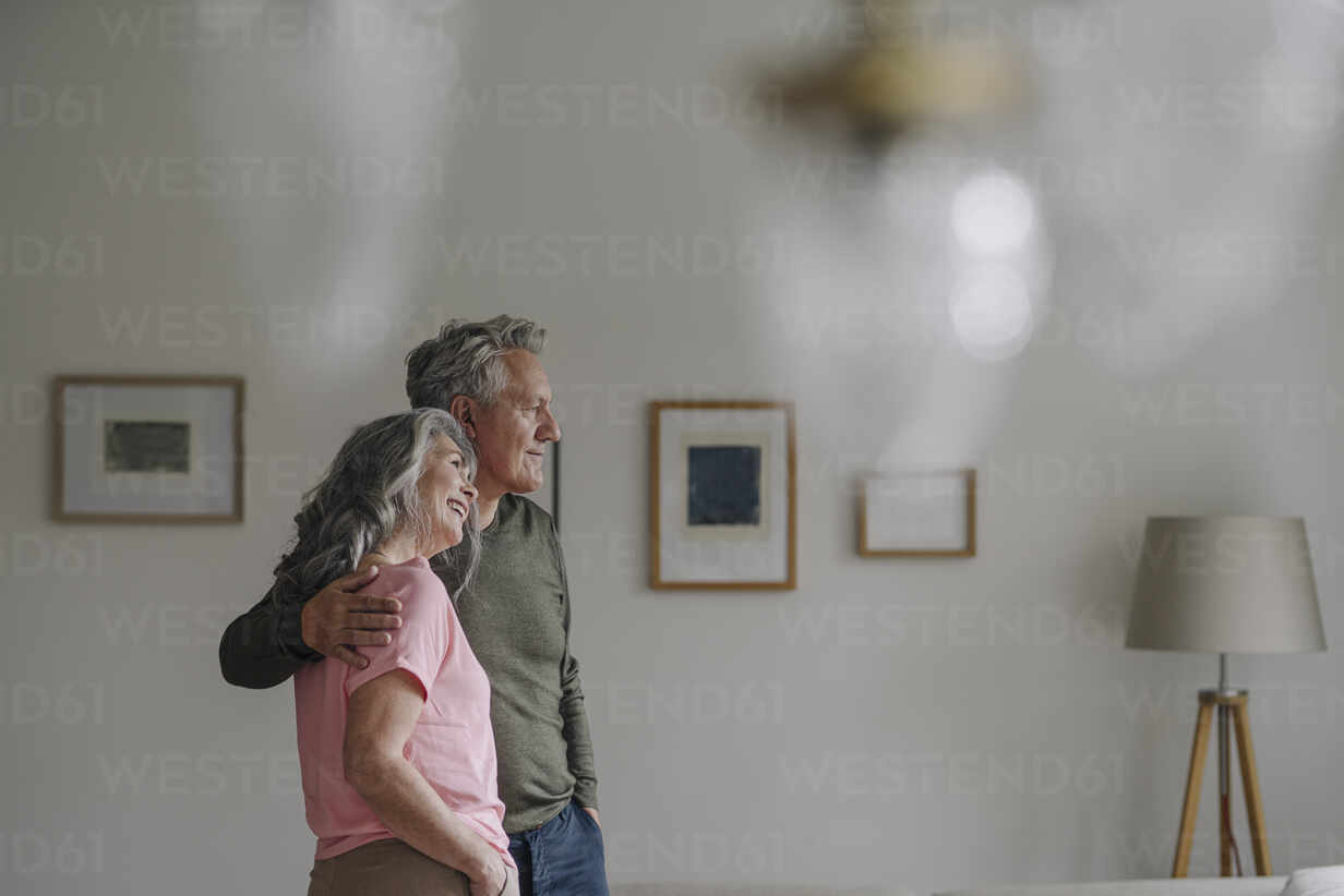 Senior couple standing in living room at home - GUSF03049 - Gustafsson/Westend61
