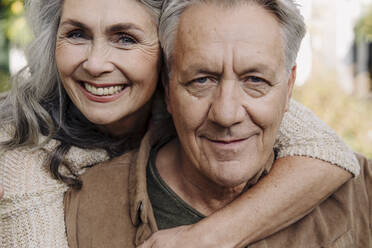 Portrait of a happy senior couple outdoors - GUSF03142