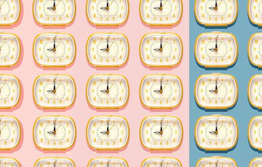 3D Illustration, row of yellow alarm clocks at nine o'clock pattern on indigo blue and pink background - GEMF03369