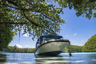 Palau, Rock Island, Motorboat mooted at tropical beach - GNF01541