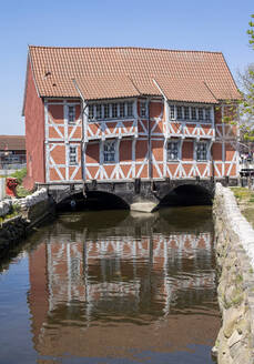 Germany, Mecklenburg-West Pomerania, Wismar, Half-timbered house over Grube river - BFRF02171