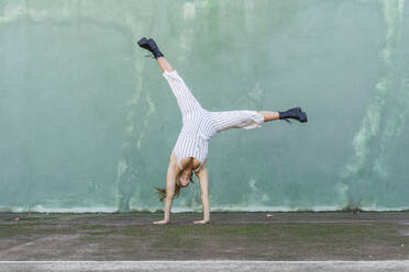 Young woman doing handstand - AFVF04942