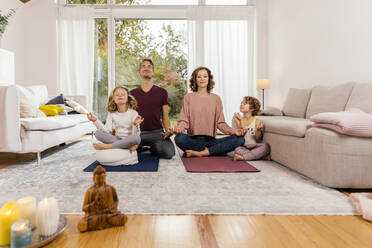 Family meditating together at home - MFF05018