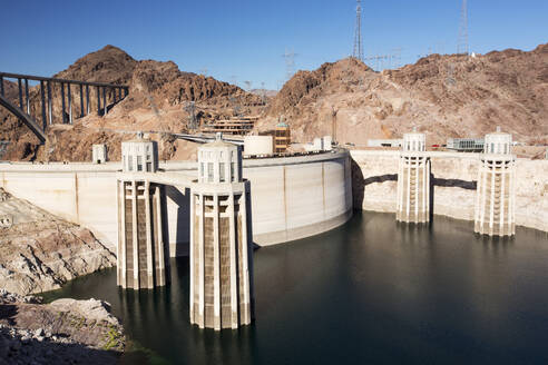 Intake towers for the Hoover Dam hydro electric power station, Lake Mead, Nevada, USA. The lake is at exceptionally low levels following the four year long drought. - CAVF72935