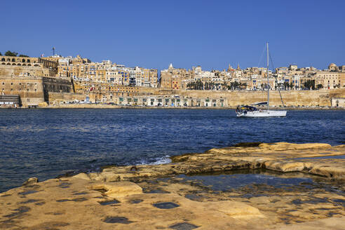 Malta, Valletta, View of city from Birgu side with sailboat on Grand Harbour - ABOF00474