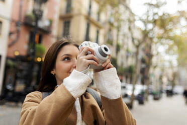 Young woman taking pictures in the city, Barcelona, Spain - VABF02530
