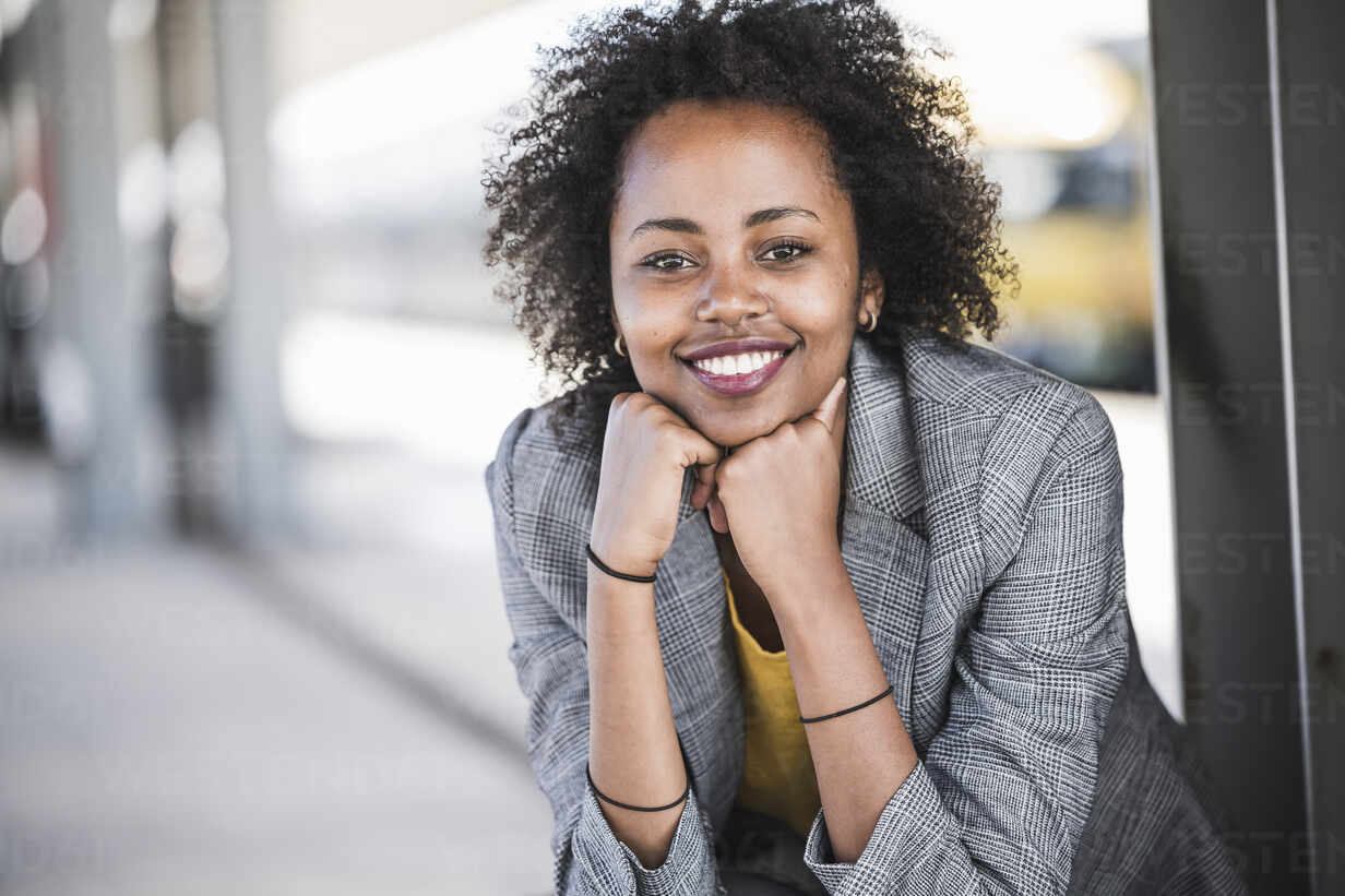 Portrait of smiling young businesswoman at the train station - UUF20204 - Uwe Umstätter/Westend61
