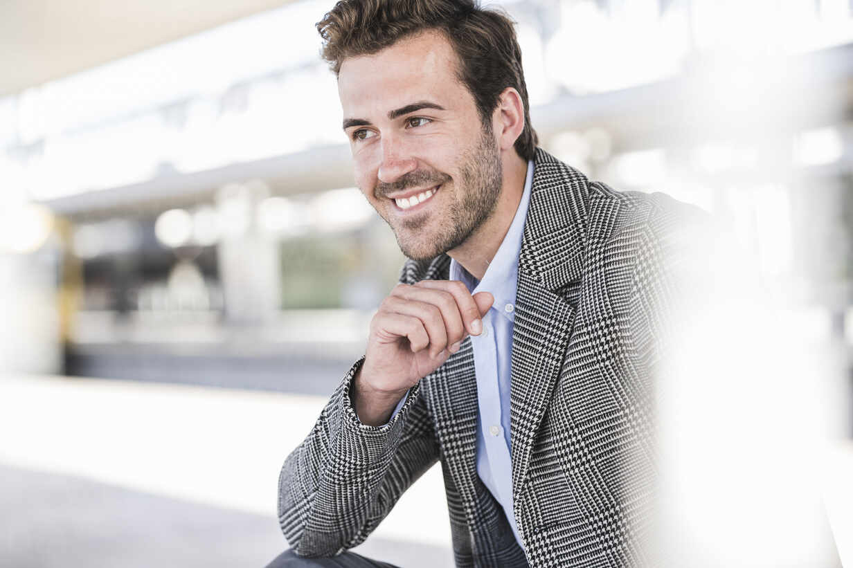 Portrait of smiling young businessman at the train station - UUF20210 - Uwe Umstätter/Westend61