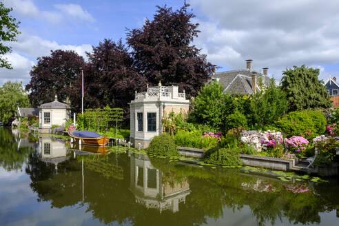 Netherlands, North Holland, Edam, Riverside garden in summer - LBF02849