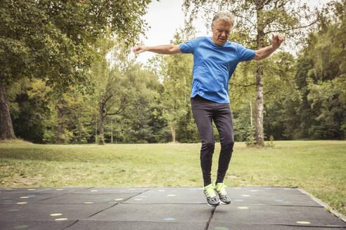 Senior man on trampolin mats - SDAHF00045
