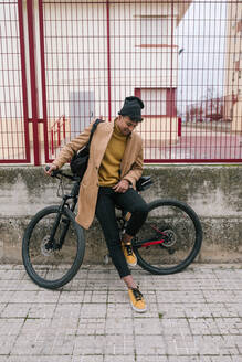 Young man with bicycle in the city - GRCF00081