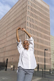 Happy businesswoman, stretching in the city - AFVF05114