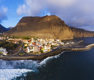 Spain, Canary Islands, La Gomera, Valle Gran Rey, Vueltas, View of town and coast - SIEF09417