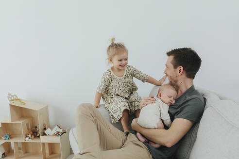 Father with two children - JOHF05583