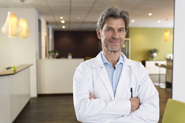 Portrait of confident doctor in his medical practice - PHDF00029