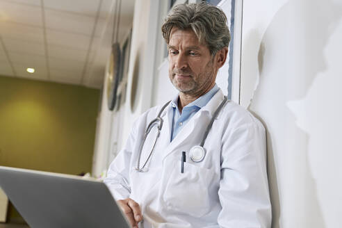 Doctor using laptop in his medical practice - PHDF00065