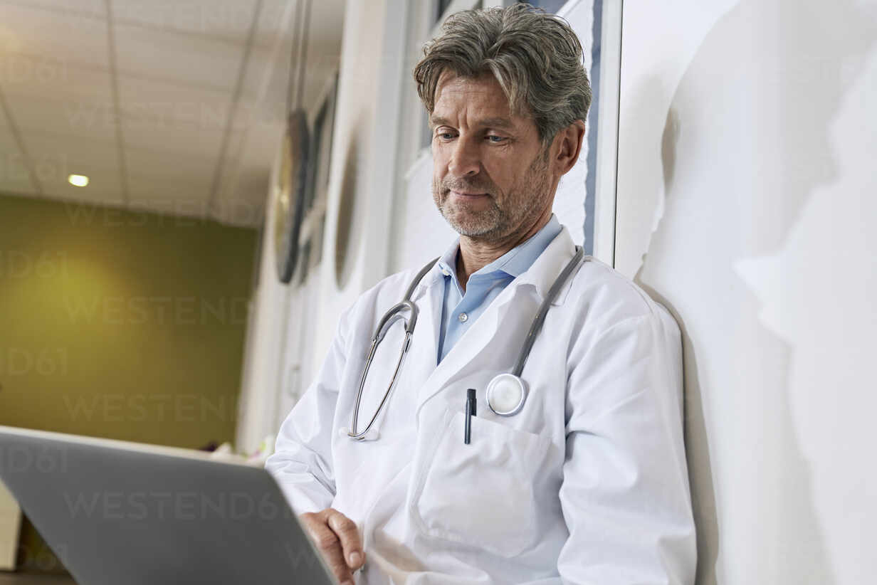 Doctor using laptop in his medical practice - PHDF00065 - Isabella Bellnini/Westend61