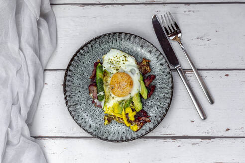 Fried egg with bacon, sliced avocado and Parmesan cheese - SARF04444