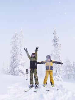 Kids skiing - JOHF05910