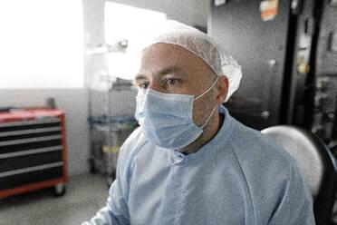 Portrait of scientist working in laboratory - KMKF01215