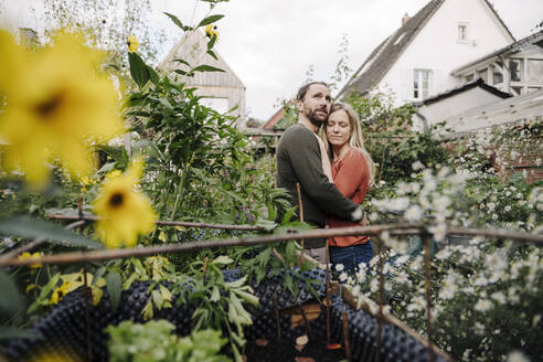 Happy couple enjoying their urban agrden - KNSF07231