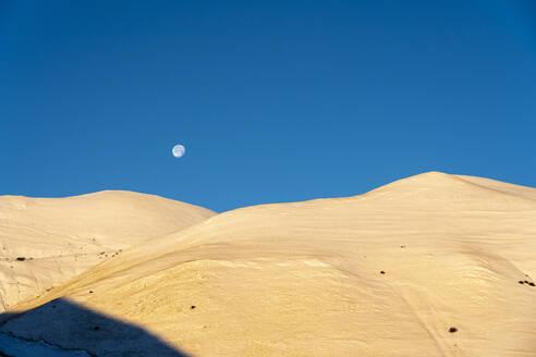 Italy, Umbria, Sibillini mountain range, Plateau Piano Grande di Castelluccio di Norcia at sunrise - LOMF00996