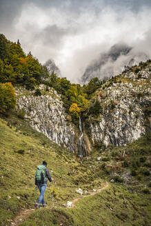 Woman with dog hiking in Kaiser mountains, Tyrol, Austria - MSUF00176