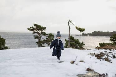 Girl on winter coast - JOHF06241