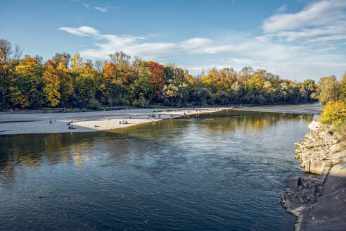 People relaxing at Isar river in Northern English Garden in autumn, Oberfohring, Munich, Germany - MAMF01087