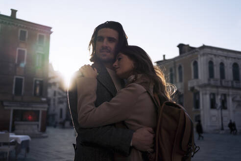 Affectionate young couple in the city of Venice, Italy - MAUF03280