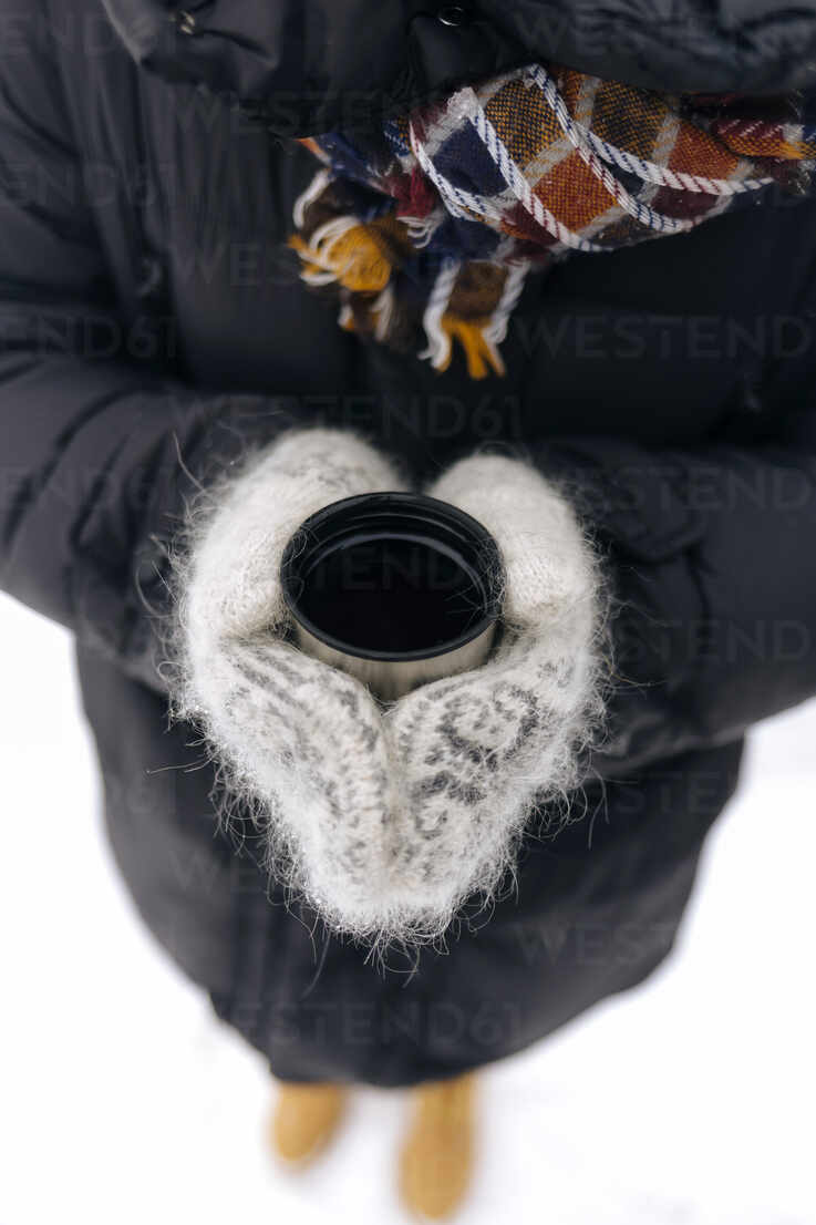 Woman's hands holding thermo mug outdoors - KNTF04199 - Konstantin Trubavin/Westend61
