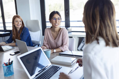 Businesswomen during meeting in an office - JSRF00843