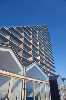 Denmark, Aarhus, Low angle view of modern apartment building in Aarhus Docklands - GISF00516