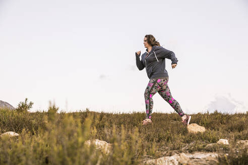 Plus-Size-Model jogging in the countryside - SDAHF00207