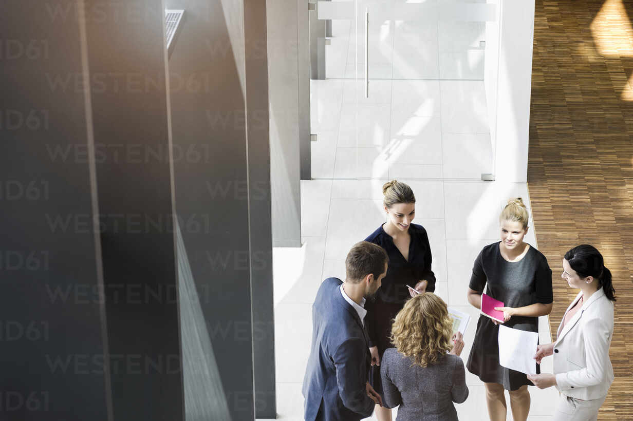 Business people standing in modern office building discussing project - BMOF00292 - Buero Monaco/Westend61