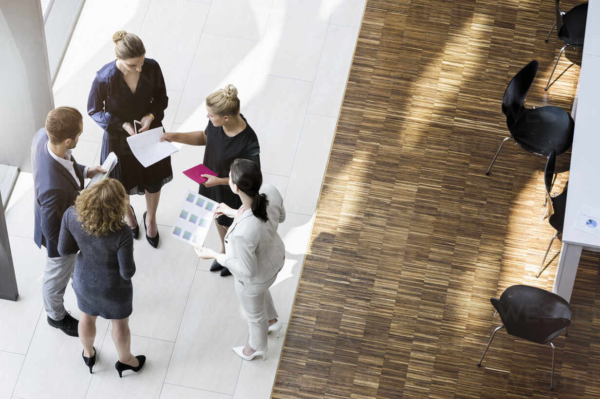 Business people standing in modern office building discussing project - BMOF00295 - Buero Monaco/Westend61