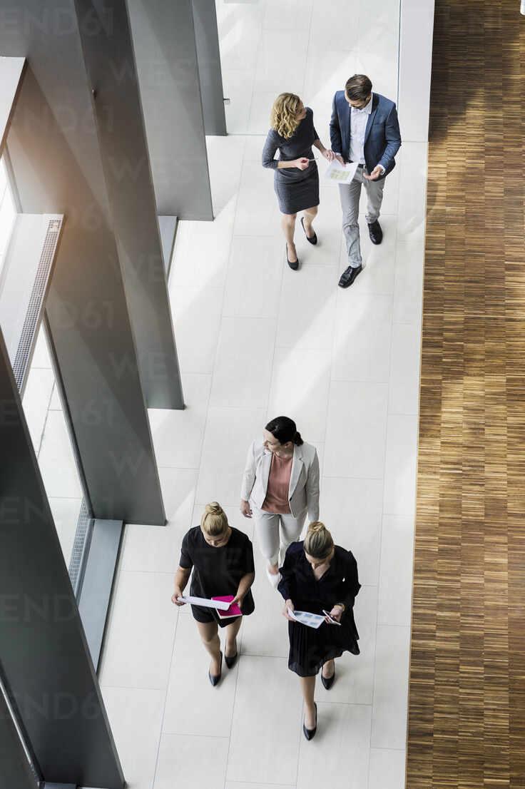 Business people walking in modern office building - BMOF00298 - Buero Monaco/Westend61