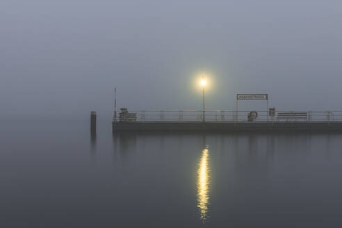 Germany, Hamburg, Outer Alster Lake jetty shrouded in thick fog - KEBF01480
