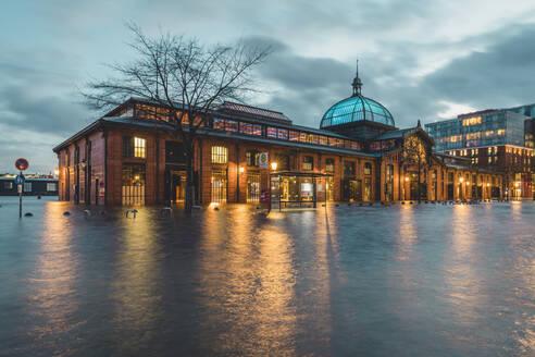 Germany, Hamburg, Altona fish market during flood - KEBF01525