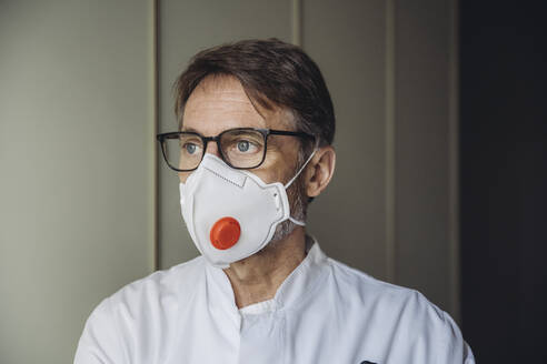 Portrait of doctor, wearing protective mask - MFF05055