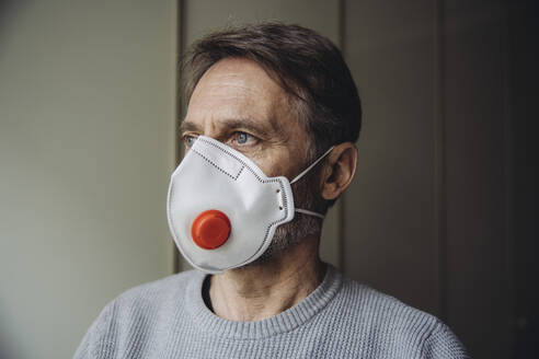 Mature man wearing protective mask - MFF05064