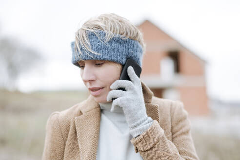 Portrait of mature woman on the phone outdoors - VYF00020