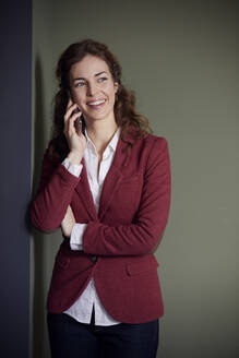 Portait of smiling businesswoman on the phone in office - RBF07080