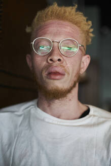 Portrait of an albino man with round glasses - VEGF01666