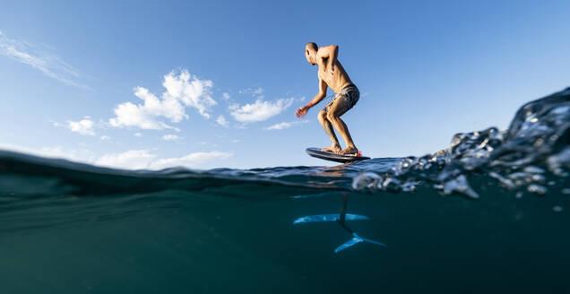 Man foil surfing, Costa Rica - AMUF00018