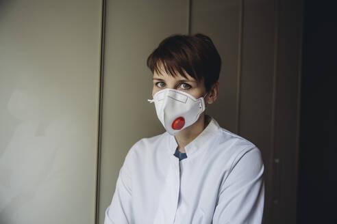Female doctor wearing FFP3 mask - MFF05076