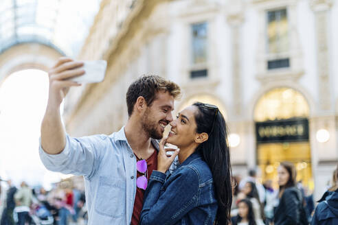 Happy young couple taking a selfie in the city, Milan, Italy - SODF00740